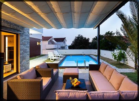 Fotografija dvorišta apartmana, bazen i sjedeća garnitura