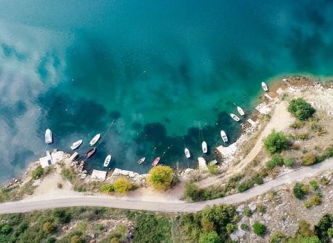 Fotografija snimljena dronom, brodići u moru