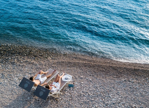 Reklamna fotografija snimana dronom, par na plaži