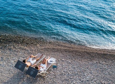 Fotografija Lifestyle hotela, par leži na ležaljkama na plaži
