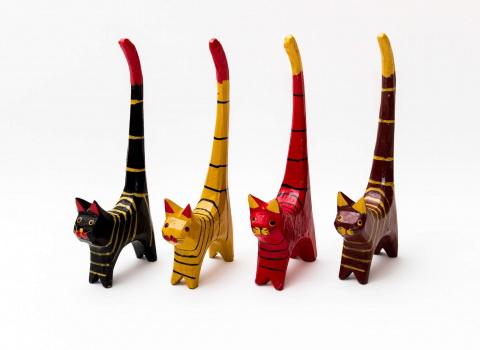 Reklamna fotografija drvenih mačaka za prodaju na webu