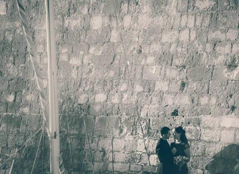Fotografija maladenaca ispred zidina